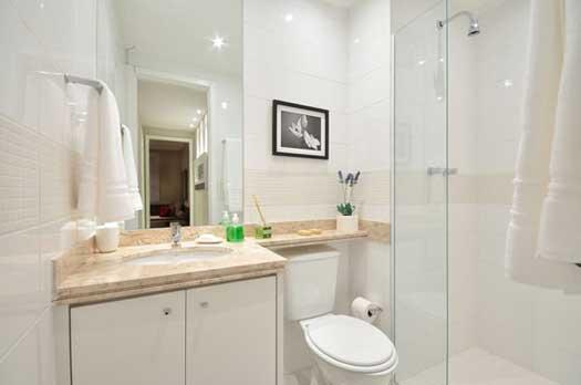 светлая ванная с душевой кабиной
