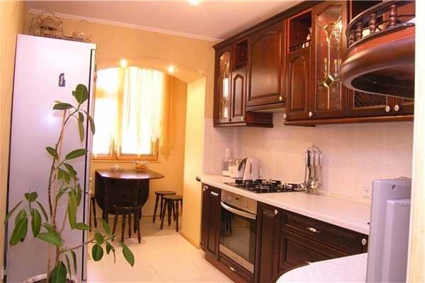 интерьер совмещенной кухни с балконом