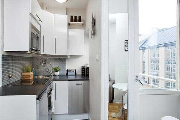 светлая кухня объединенная с балконом