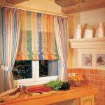 Разноцветные римские шторы на кухню