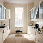 Узкая кухня в кремовых тонах