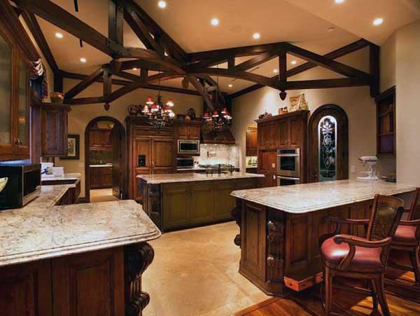 Оригинальный потолок с декоративными балками