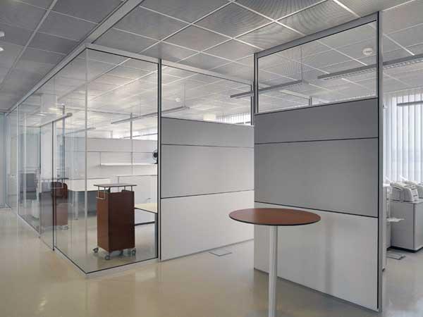 Разделение стеклянными офисными перегородками