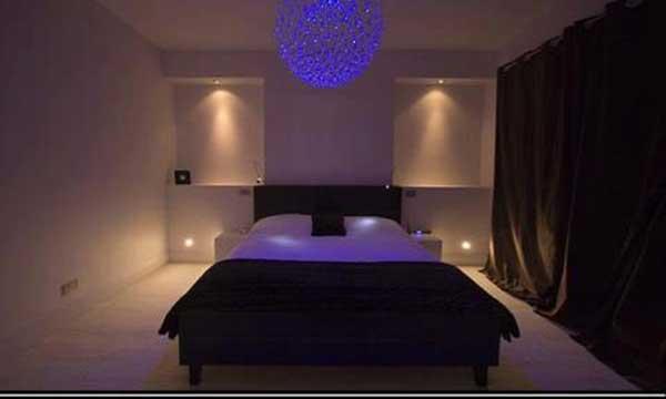 Фиолетовое освещение в спальне