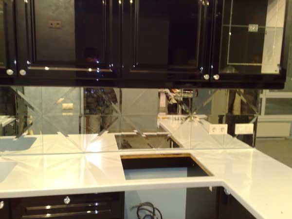 плитка зеркальная в интерьере кухни фото