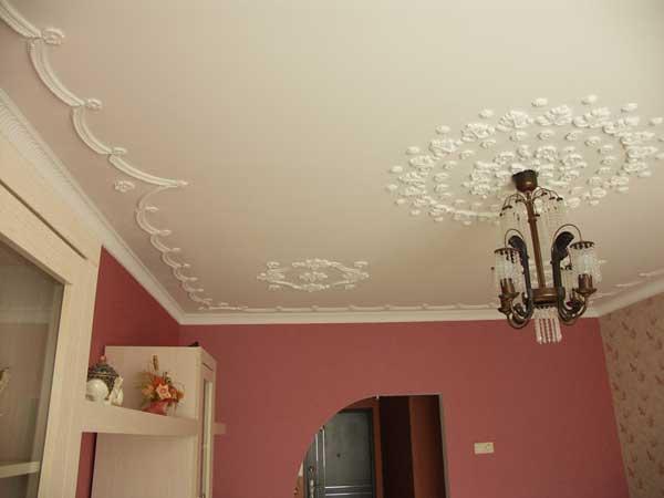 Дизайн потолков в спальне из лепнины