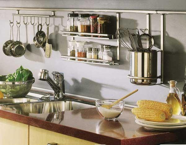 Простая конструкция в интерьере небольшой кухни