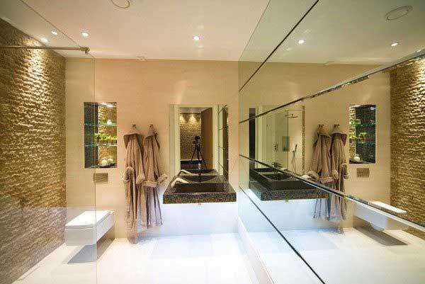 Ванная с большим зеркалом