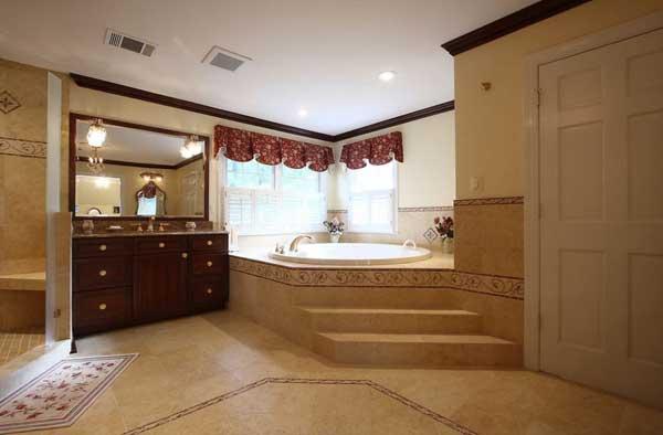 Огромная ванная команата с джакузи