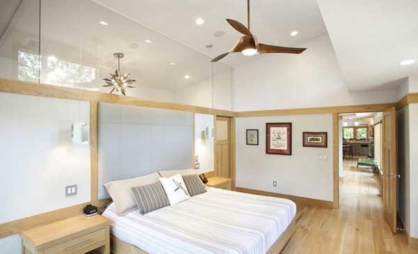 Просторная белоснежная спальня