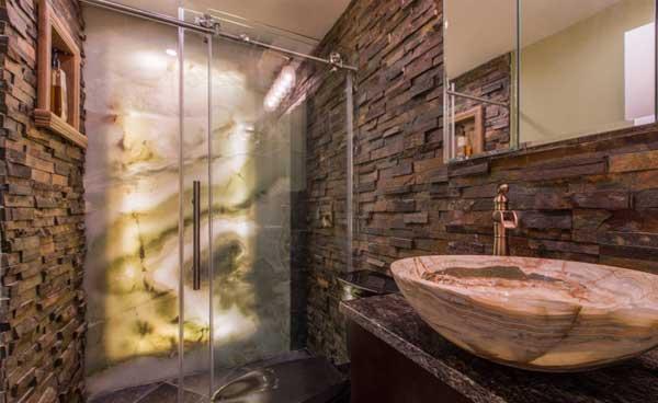 натуральный камень в оформлении ванной