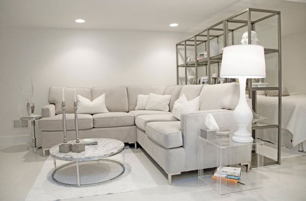 Светлая гостиная с угловым диваном