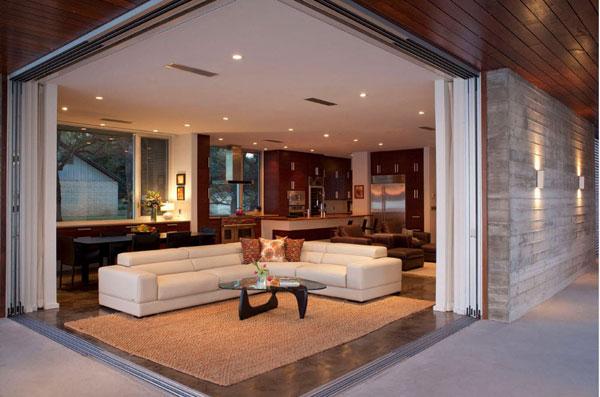 Роскошный угловой диван в гостиной частного дома