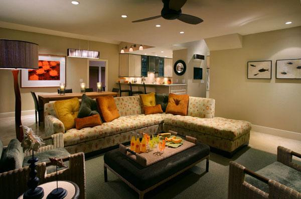Яркие акценты в гостиной с угловым диваном