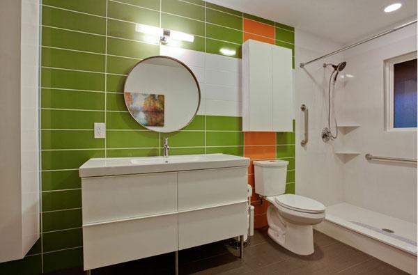 Яркие цвета в оформлении ванной комнаты