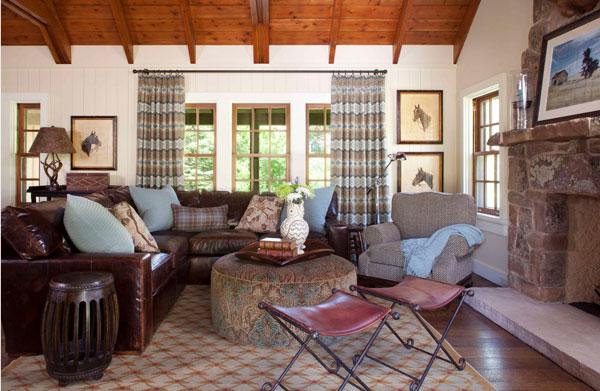 Кожаный диван в комнате с камином