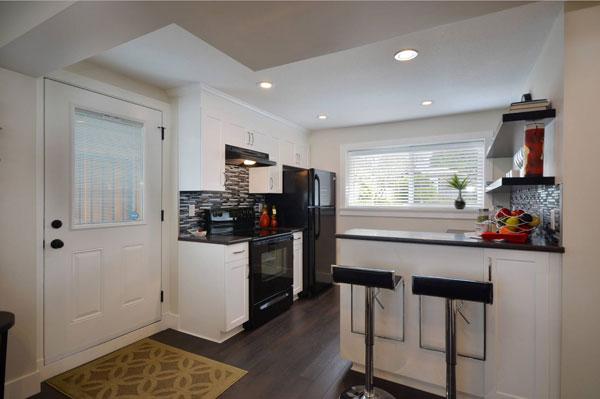 Правильная отделка маленького кухонного помещения