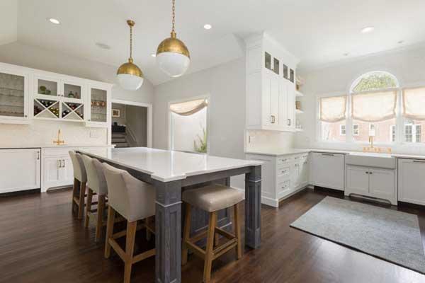 Кухня в белых тонах в частном доме