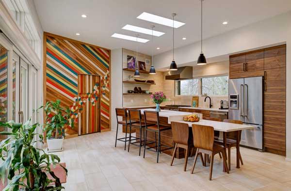 Яркая кухня в частном доме 2017