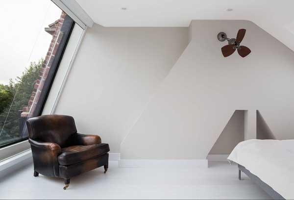 Кресло в современной комнате
